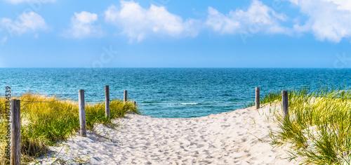 Obraz Plaża nad Morzem Bałtyckim, wydmy, błękitne niebo, panorama - fototapety do salonu