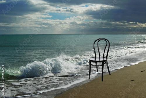 Mar, silla, imagen surrealista, soledad, esperanza.