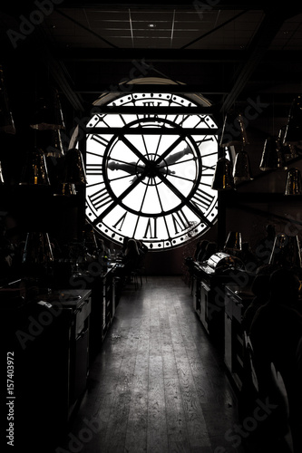 inside orsay museum and there is a big clock two people stand beside the clock Fototapet