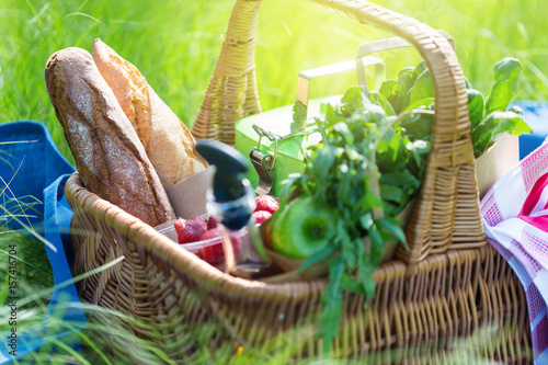 Foto op Plexiglas Picknick Summer basket for picnic with wine, bread, fruits and snacks