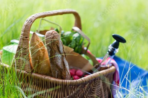 Plakat Letni kosz na piknik z winem, chlebem, owocami i przekąskami
