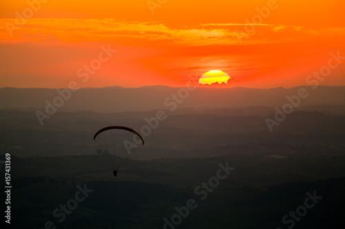 Deurstickers Australië Paragliding in sunset