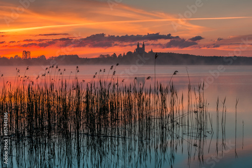 In de dag Zalm Sunrise, Masurian Lake District, Camaldolese Monastery, Lake Wigry