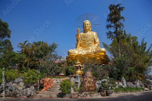 Fotografía  Статуя Золотого Будды в Далате. Вьетнам.