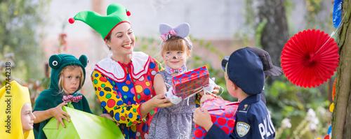 Fotografía Animator playing with kids