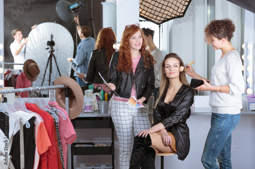 Photo  Make-up artist preparing model