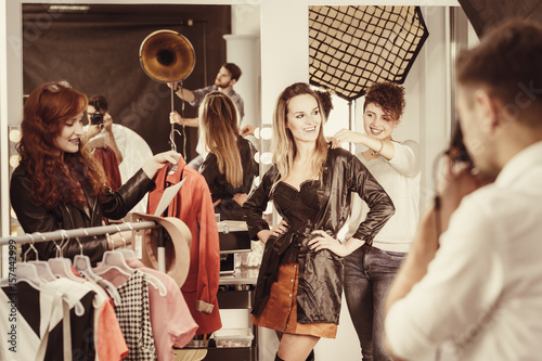 Photo  Stylist putting clothes on model