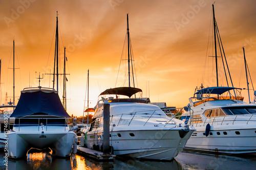 jacht-i-lodzie-zacumowane-w-marinie-wieczorem
