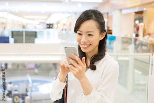 ショッピング・スマートフォン・女性