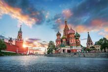 Параллельно облакам St. Basil's Cathedral And The Spasskaya Tower