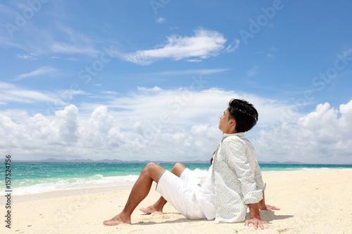 Foto op Aluminium Ontspanning 南国の美しいビーチで寛ぐ男性