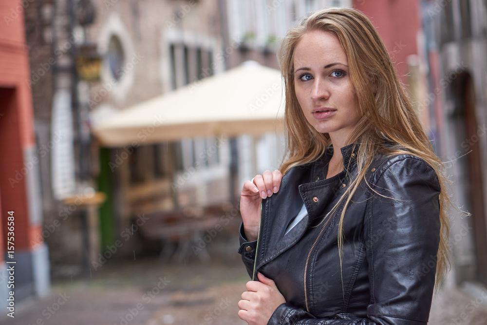 Gamesageddon Blonde Lederjacke Hübsche Frau Stock In Mit 1lFJ3TKcu