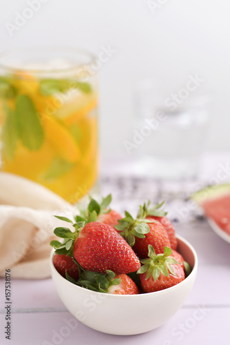 Foto op Canvas Restaurant strawberries and cold tea