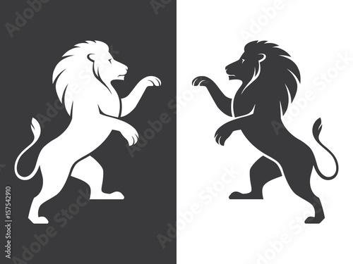Naklejka premium Szaleją dwa heraldyczne lwy