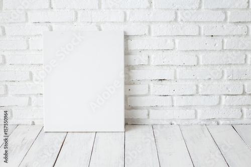 Pusta biała kanwy rama na drewnianym stole