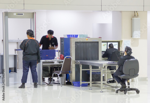 Pinturas sobre lienzo  Security gates with metal detectors and scanners at entrance of airport