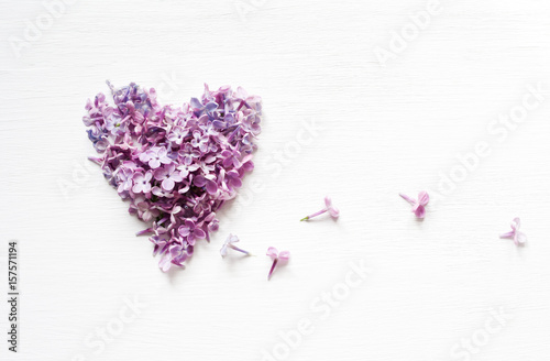 Papiers peints Lilac Heart from flowers of a lilac on the white painted wooden board. Place for text. Top view.