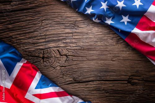 Photo Flags of american and united kingdom on rustic oak board