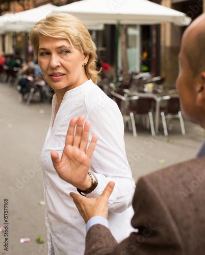 Photo woman stopping dialog