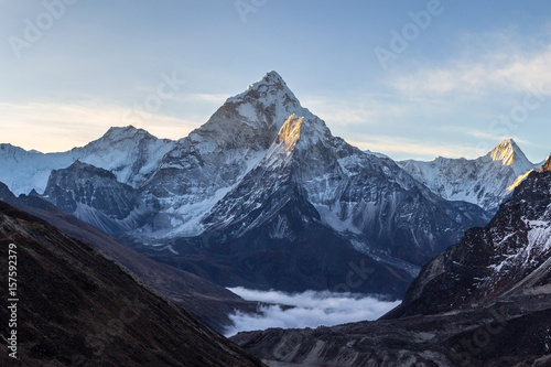 Photo  Ama Dablam mountain at sunrise and blue sky