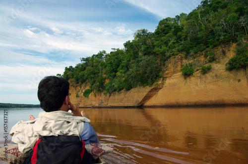 Fotobehang Vissen Touriste contemplant les falaises