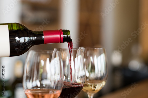 Fotografia  Pouring wine in glasses
