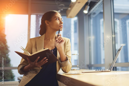 Fotografía  Portrait of skillful afro american female executive thinking over working schedu
