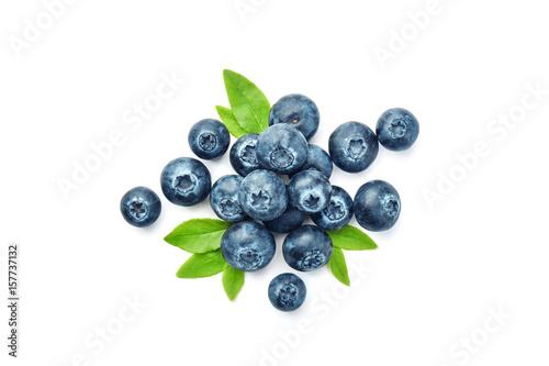 Slika na platnu Frische Blaubeeren und Blätter vor weißem Hintergrund