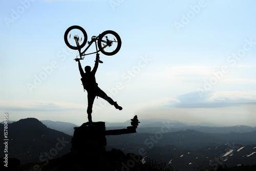 Foto op Plexiglas Fietsen bisiklet ile zorlu zirve dağları aşmak