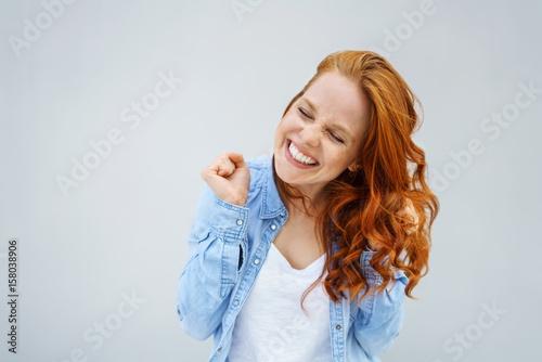 Obraz glückliche frau tanzt vor freude - fototapety do salonu