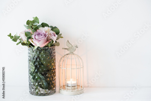 Photo  purple, mauve color fresh summer roses in vase with white wall b