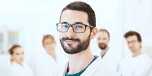 Medico, Ricercatore In Laboratorio Con Colleghi