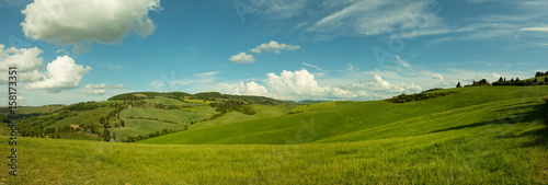 Photo sur Aluminium Colline Beautiful panorama landscape of waves hills in rural nature, Tuscany farmland, Italy, Europe