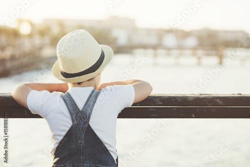 Fotografija niño pensativo con sombrero