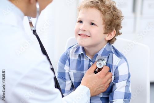 Plakat Doktorski egzamininujący dziecko pacjenta stetoskopem