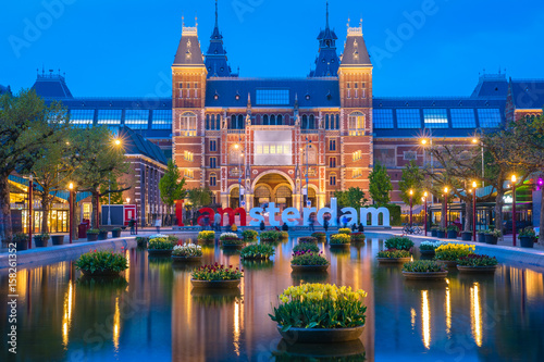 Poster Amsterdam Rijksmuseum building famous landmark in Amsterdam. Blue hour