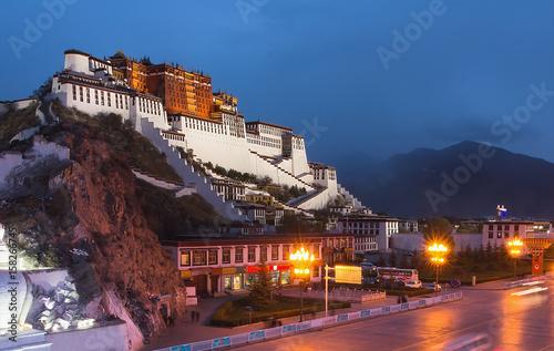 Fotomural Potala Palace in Lhasa, the former residence of the Dalai Lama, Tibet, China, Asia, night horizontal view