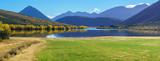 Panoramiczny obraz pięknej scenerii jeziora Pearson (Moana Rua) jesienią, Park Narodowy Arthur's Pass, South Island of New Zealand