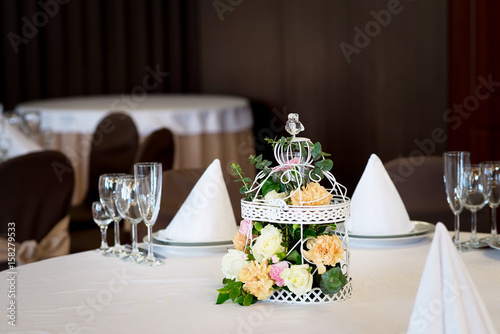 Fotografia  Wedding banquet table restaurant with flowers in birdcage