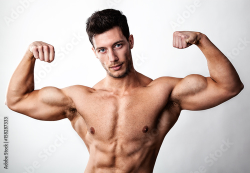 Bodybuilder mit nackten Oberkörper zeigt seine Muskeln – kaufen Sie ...