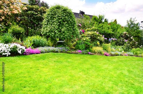 Cadres-photo bureau Jardin Schöne Gartenanlage mit Rasenfläche