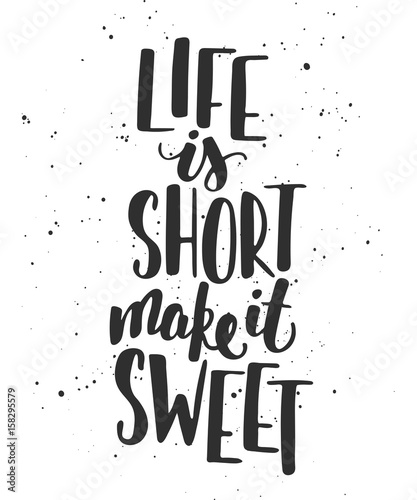 life-is-short-make-it-sweet-motywujacy-cytat-na-jasnym-tle
