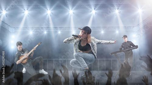 Obraz na płótnie zespół muzyczny występuje na scenie