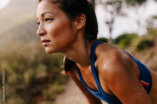 Fotografía  Female runner in sportswear taking a break