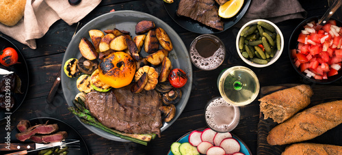 In de dag Grill / Barbecue Grilled steak with grilled vegetables, beer and wine