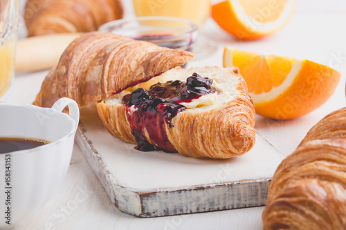 Photo Stands Coffee beans Breakfast with croissant, jam, orange juice and coffee