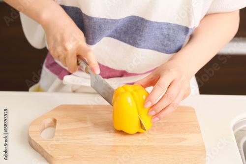 Fotografie, Obraz  黄パプリカを切る女性