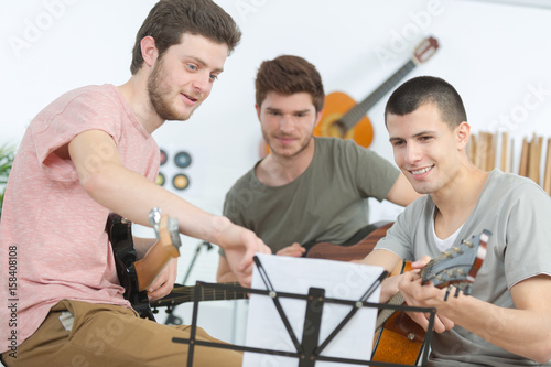 Photo Young musicians rehearsing