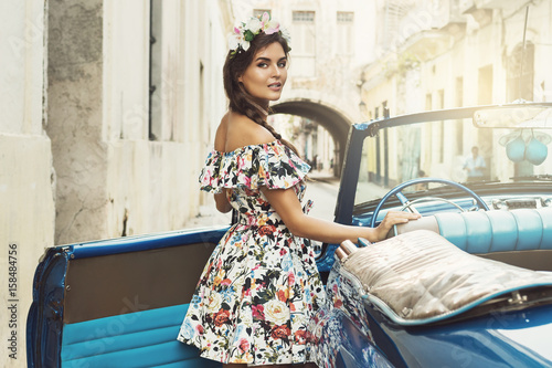 In de dag Havana Beautiful woman and retro car