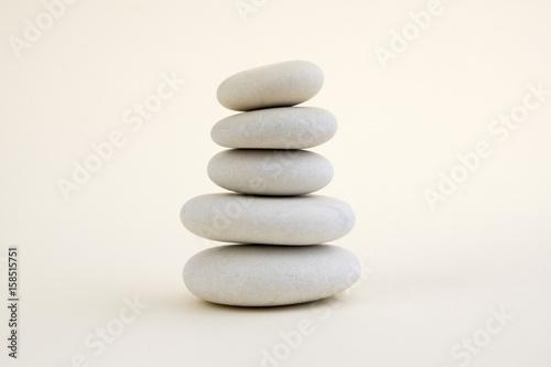 Zdjęcie XXL Harmonia i równowaga, cairns, proste kamienie pauzy na białym tle, rzeźba skały zen, pięć białych kamyków, pojedyncza wieża, prostota
